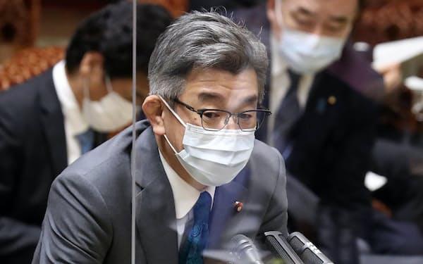 参院予算委で答弁する武田総務相(19日)