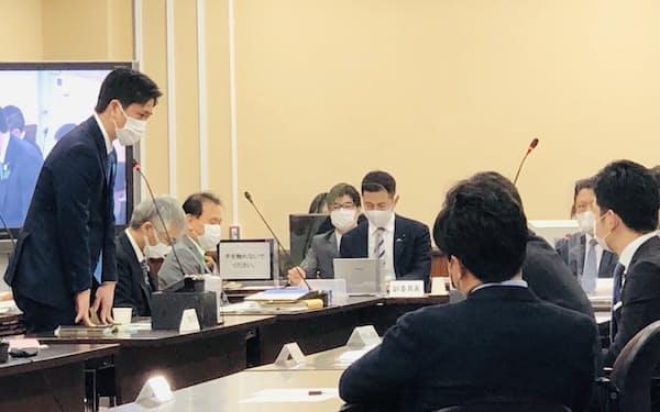 大阪府議会の総務常任委員会で答弁する吉村知事(19日、大阪府庁)