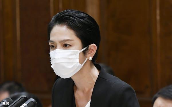 参院予算委で質問する蓮舫氏=共同