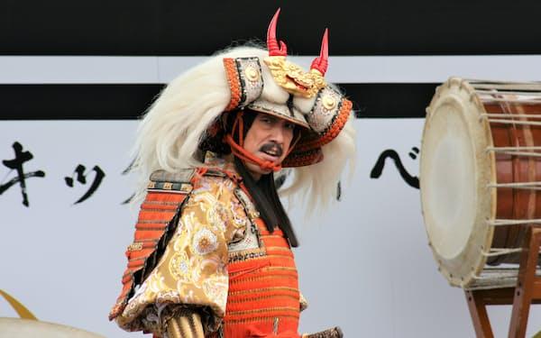 信玄公役を務める俳優の筧利夫さんが甲冑姿で登場した(20日、甲府駅北口の広場)