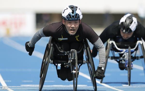 男子100メートル(車いすT52)決勝 17秒19で優勝した大矢勇気=共同