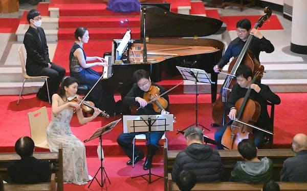 オープニングコンサートでは日下紗矢子(前列左)ら5人がシューベルトのピアノ五重奏曲を演奏した(兵庫県芦屋市)