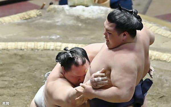 北勝富士が阿武咲を押し出しで破る=共同