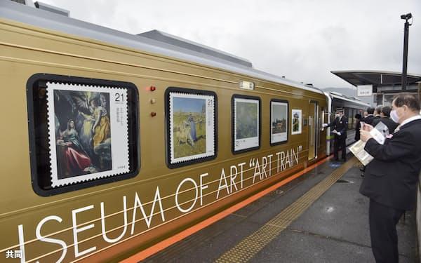 大原美術館所蔵の名画をラッピングした「アート列車」(21日午前、岡山県倉敷市)=共同