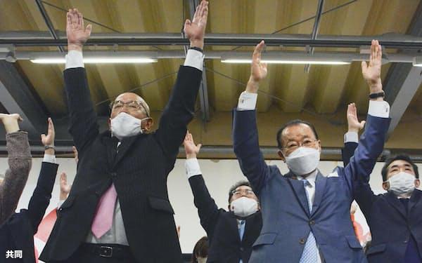 山口県萩市長選で初当選し万歳する田中文夫元県議(左)と自民党の河村建夫元官房長官=共同