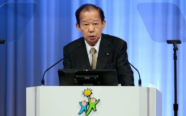 自民党大会で党務報告する二階幹事長(21日午後、東京都港区)