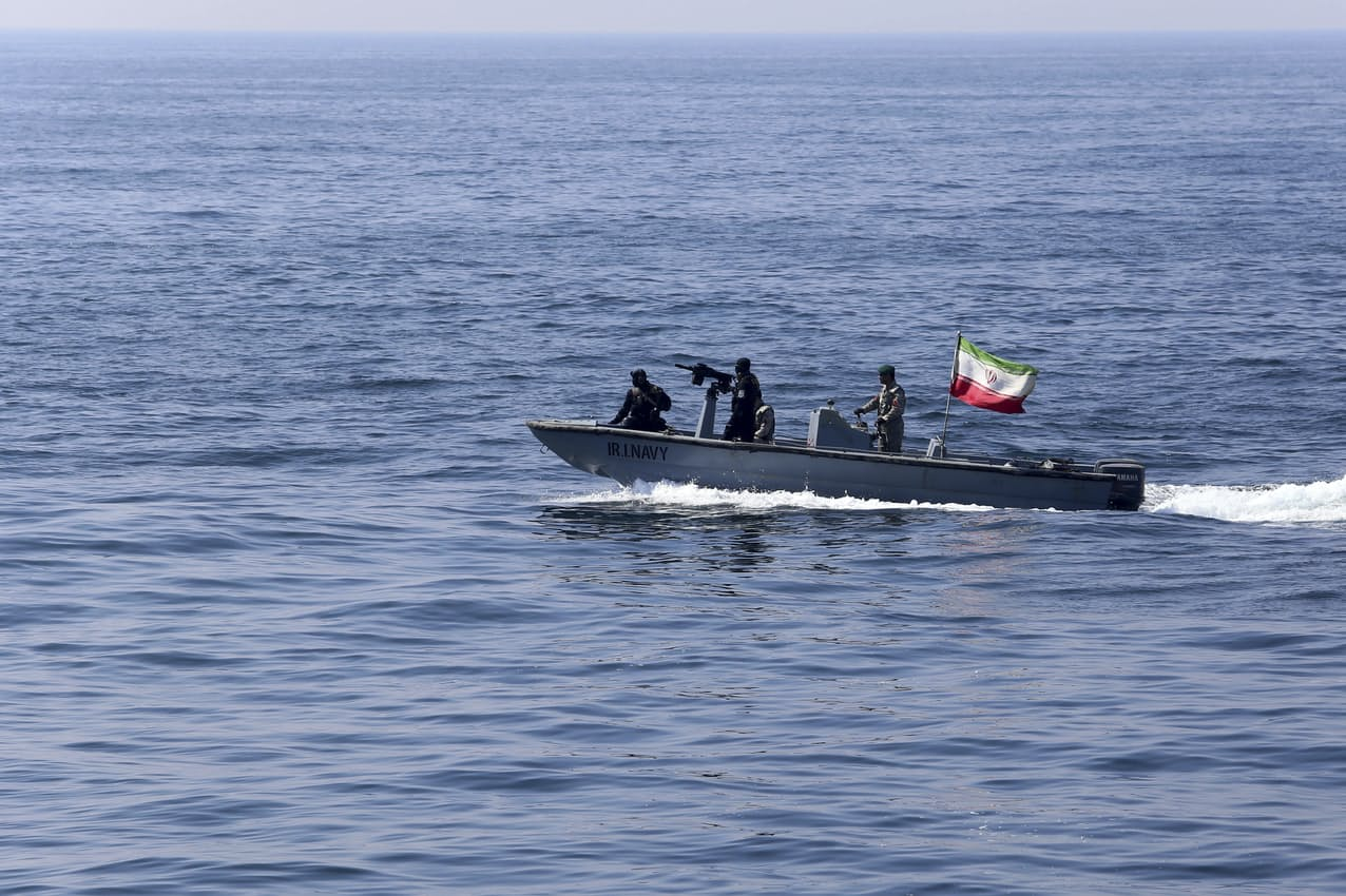 国旗を掲げて軍事演習を実施するイラン海軍(2月)=AP