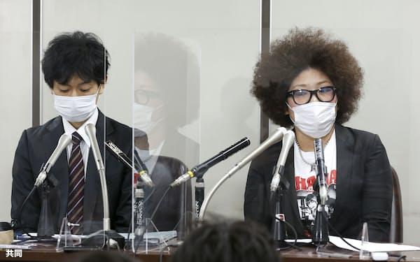 東京都内で記者会見する木村花さんの母、響子さん(右)=22日、共同