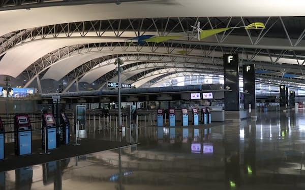3月の関西国際空港の第1ターミナル。この日出発した国際線は4便だった
