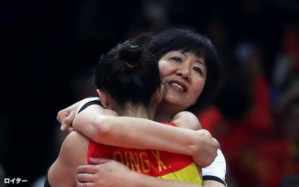 2016年リオデジャネイロ五輪で金メダルを獲得し、選手と抱き合う女子バレーボール中国代表の郎平監督=ロイター
