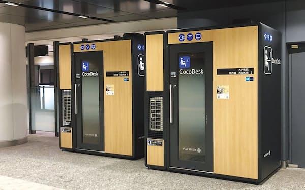 東京メトロ大手町駅の構内に置いた「CocoDesk」のブラック。ブースの外形は横1.53×奥行き1.10×高さ2.4メートルで、引き戸で出入りする。独自技術で空調から出る水を気化させて処理するなど、設置する周囲の環境にも気を使っている(写真提供:富士フイルムビジネスイノベーション)