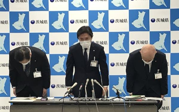 県教育委員会の小泉元伸教育長ら(中央)が謝罪した(茨城県庁)