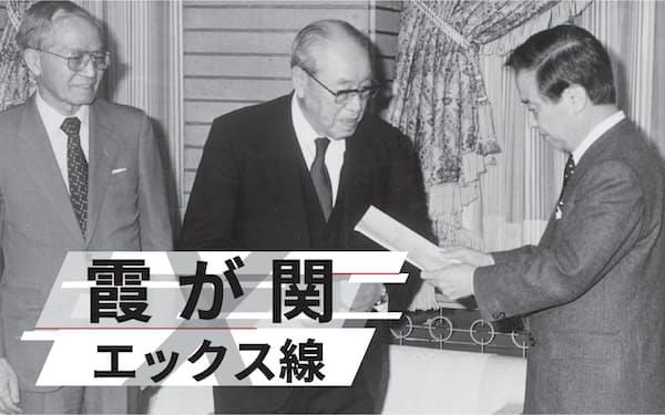 第2次行革審会長を務めた大槻文平氏(中央)は将来世代への責任を果たそうという自負を持っていた(1990年4月、右は当時の海部俊樹首相)