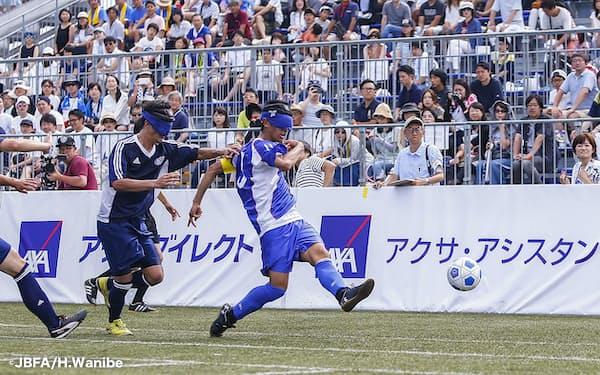 川村㊨は「Avanzareつくば」でブラインドサッカーの基礎を学んだ=©JBFA/H.Wanibe