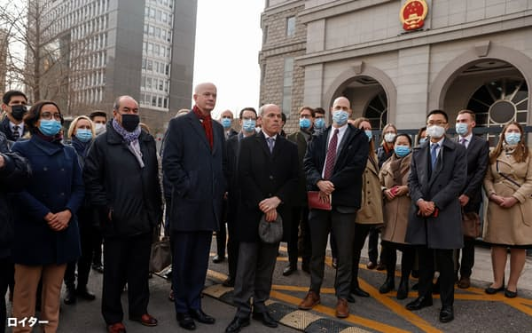 北京の裁判所には欧米など20カ国以上の外交官が結束を示すため集まった(22日)=ロイター