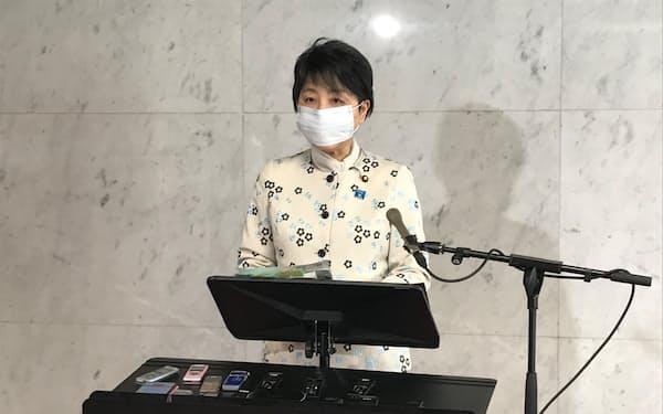 閣議後の記者会見をする上川陽子法相(23日、国会内)