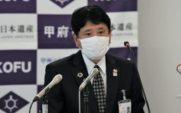 高齢者施設のワクチン接種などについて説明する樋口雄一市長(23日、甲府市役所)