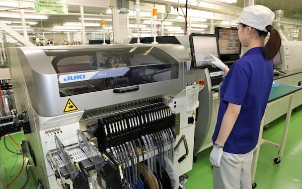 秋田県横手市のJUKI産機テクノロジー本社工場。アパレル製品の生産に使われる工業用ミシンで世界シェア首位に立つJUKIはコロナ禍で最終赤字に転落した。だが、ごはんさんはこの不振は長引かないと読む