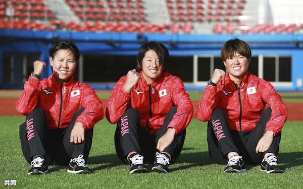 東京五輪代表に選ばれたソフトボールの上野由岐子㊥のように年齢を重ねても活躍する選手も増えてはいるが、アスリートにとって4年に1度のサイクルは長い(23日、群馬県高崎市=共同)