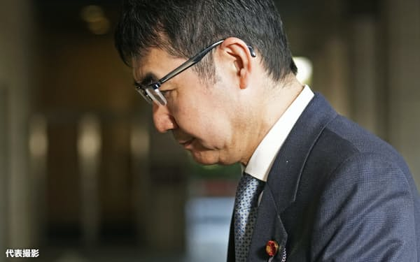 東京地裁に入る河井克行被告(23日)=代表撮影