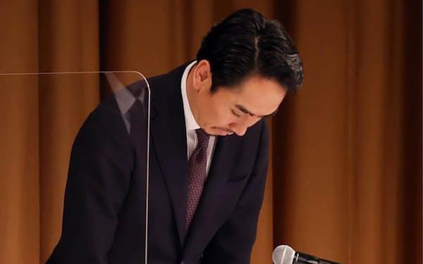 記者会見で頭を下げるLINEの出沢剛社長(23日、東京都港区)