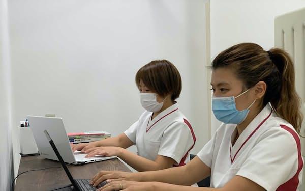 「スマルナ」で助産師がオンライン相談に対応している様子