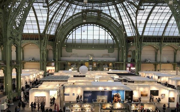 仏パリの国立グラン・パレ美術館で開かれるアートフェア「パリ・フォト」は会場も美しい=MAGUS提供