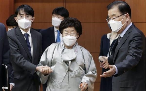 訴訟は元慰安婦の李容洙氏(中央)らが原告になっている=共同