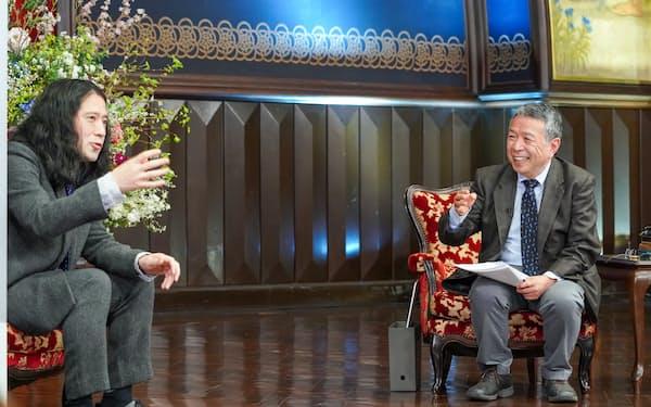 吉本興業のお笑い芸人、又吉直樹さん(左)と対談する東大の佐藤健二副学長