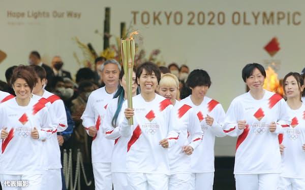 聖火のトーチを掲げスタートした、2011年サッカー女子W杯で優勝した日本代表「なでしこジャパン」のメンバー(25日午前、福島県のJヴィレッジ)=代表撮影