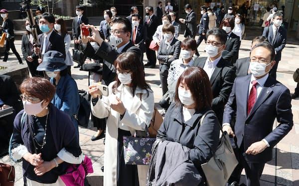 福岡県知事選の候補者の第一声に耳を傾ける有権者(25日、福岡市)