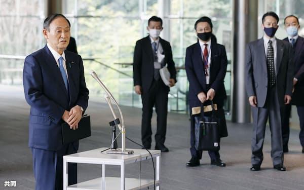 北朝鮮の弾道ミサイル発射について、報道陣の質問に答える菅首相(25日午前、首相官邸)=共同