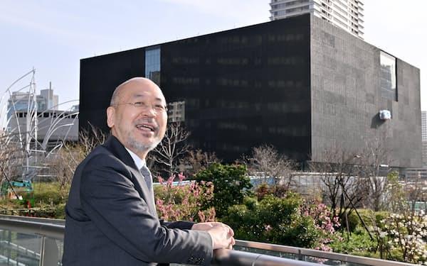 すがや・とみお 1958年千葉県生まれ。90年に滋賀県陶芸の森学芸員。92年から大阪市立近代美術館建設準備室学芸員として作品収集や施設構想に携わる。2019年から現職。専門分野は近代デザインや写真、現代美術。