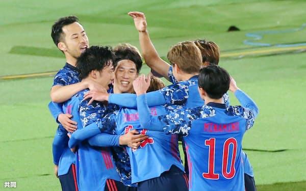 日韓戦の後半、チーム3点目のゴールを決めた遠藤(左から2人目)に駆け寄り、大喜びの日本イレブン=共同(代表撮影)