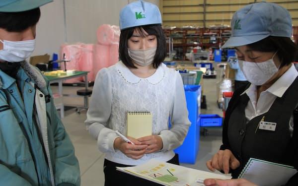 倉庫の占有率予想モデル作成のため打ち合わせするミテイの井本望夢代表(中央、滋賀県東近江市)