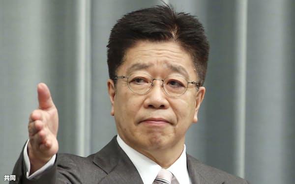 記者会見する加藤官房長官(26日午前、首相官邸)=共同