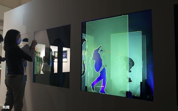 再制作した宇佐美圭司さんのレーザー光線による作品(東京都目黒区)=共同