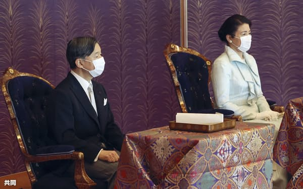 「歌会始の儀」に出席した天皇、皇后両陛下(26日、皇居・宮殿「松の間」)=代表撮影