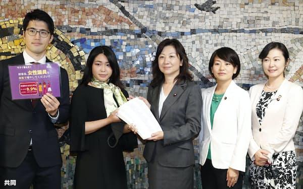 市民団体から国会議員の女性候補を増やすよう求める署名を受け取る自民党の野田聖子議員(中央)ら(20年、自民党本部)=共同