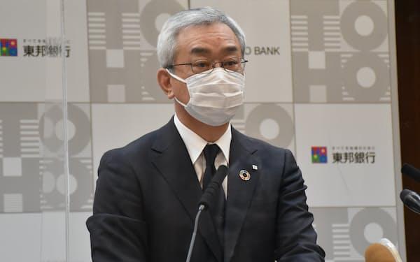 記者会見する東邦銀行の佐藤頭取(26日、福島市の本店)