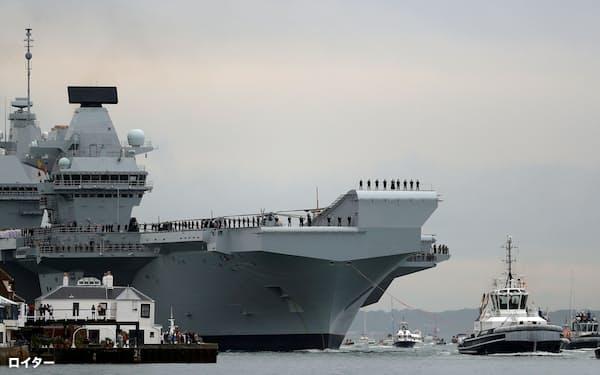 英海軍は、インド太平洋で空母「クイーン・エリザベス」を展開するとみられる(左後方、英南部ポーツマス)=ロイター