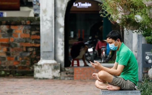 スマートフォンが起点となる様々な新サービスが東南アジアで広がっている=ロイター