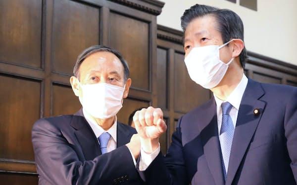 21年度予算が成立し、公明党の山口代表㊨とあいさつを交わす菅首相(26日午後)