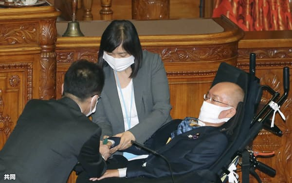 参院本会議で反対票を投じるれいわ新選組の舩後靖彦氏(26日)=共同