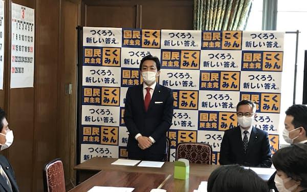 党会合であいさつする国民民主党の玉木雄一郎代表(23日、国会内で)