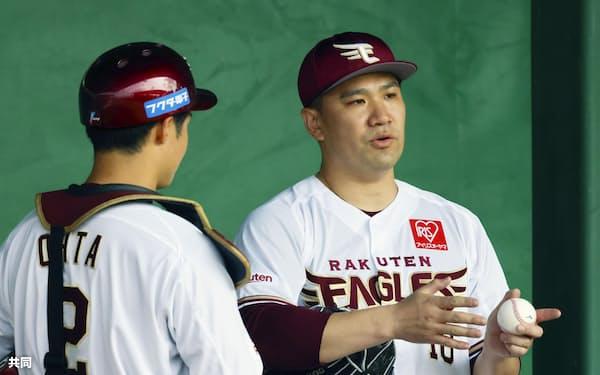 金武キャンプで投球練習を前に太田光(左)と話す楽天・田中将大。捕手陣にフレーミング技術向上を求めたという=共同
