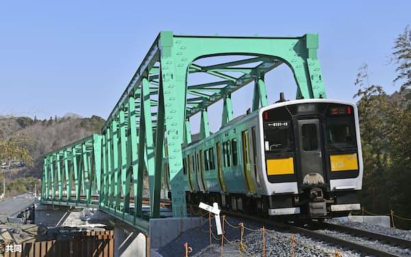 2019年の台風19号で流され、復旧した鉄橋を渡るJR水郡線の列車(27日午前、茨城県大子町)=共同