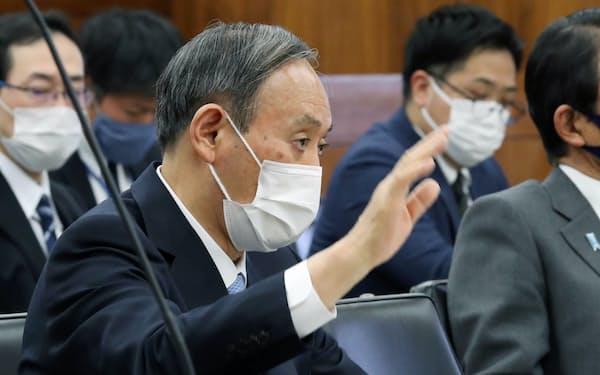 孤独・孤立対策に関心を寄せる菅首相(26日、国会内)