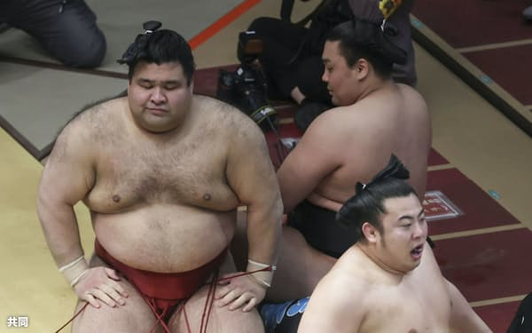 翔猿(右下)に敗れ、肩を落とす高安(左)=共同