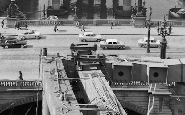 約60年前の日本橋(64年の東京五輪前、建設中の首都高)